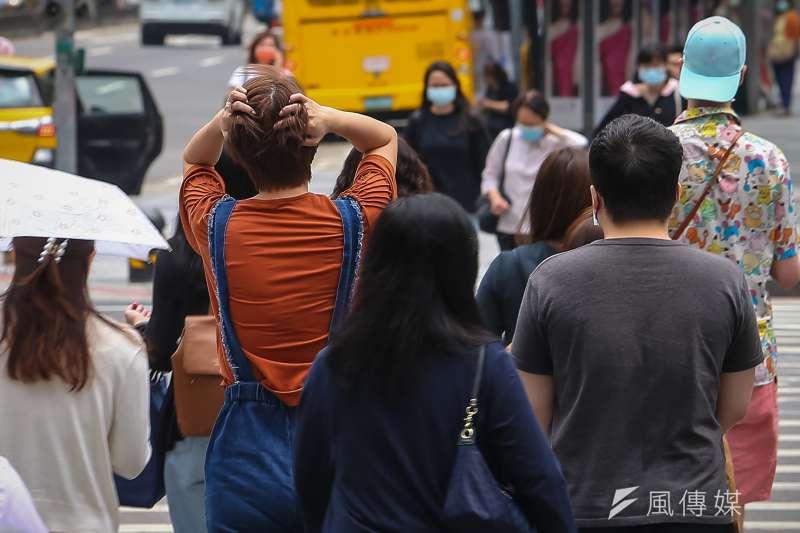台北市衛生局8日公布確診者足跡,7日確診的案16147,曾在2日到過內湖瑞光路的咖啡廳,並於4日、5日分別到過松山區的家樂福超市與全聯超市。示意圖,非本新聞當事人。(資料照,顏麟宇攝)