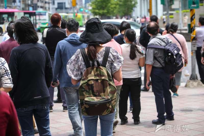 華航機師染疫炎事件延燒,現傳出台北市成功國宅確診個案足跡,但指揮中心卻並未第一時間公布,引發居民不滿。示意圖,非關新聞個案。(資料照,顏麟宇攝)