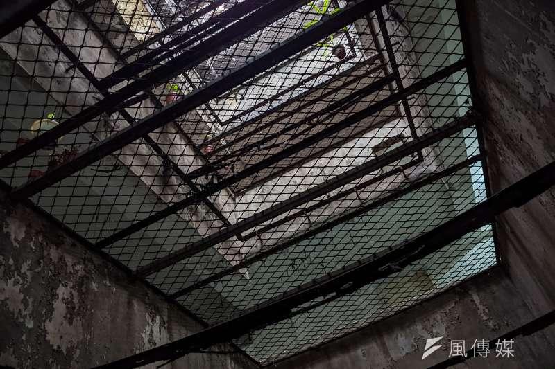 20210413-犯罪被害人專題配圖,信義區基隆路一段興隆國宅,屋齡老舊住宅區天井。(顏麟宇攝)
