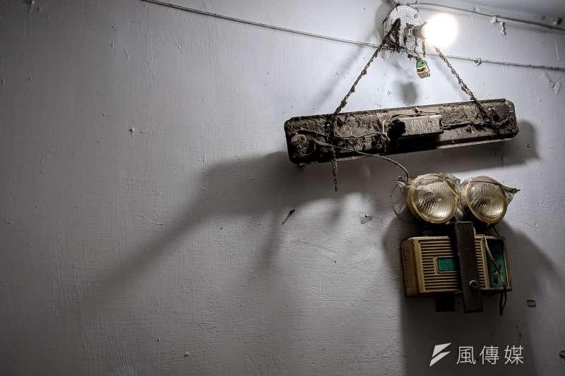 20210413-犯罪被害人專題配圖,信義區基隆路一段興隆國宅,屋齡老舊住宅區,老舊日光燈管。(顏麟宇攝)