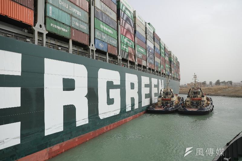 長榮(2603)承租的超大貨櫃輪「長賜輪」(Ever Given)3月意外卡在蘇伊士運河6天之久,導致貨櫃航班大亂,亞歐航線貨櫃船過去一週運費激增。(取自MoneyDJ)