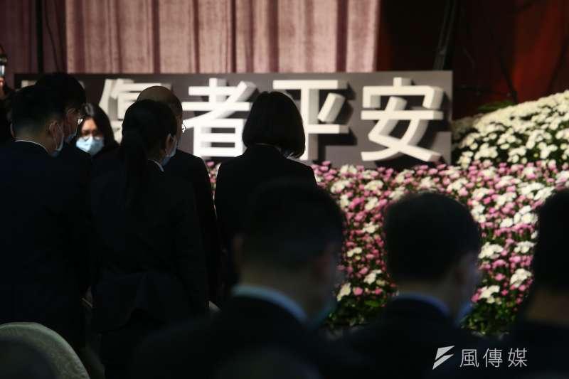 總統蔡英文(中)、行政院長蘇貞昌、交通部長林佳龍等人出席「太魯閣號列車事故罹難者聯合公祭 」。(顏麟宇攝)