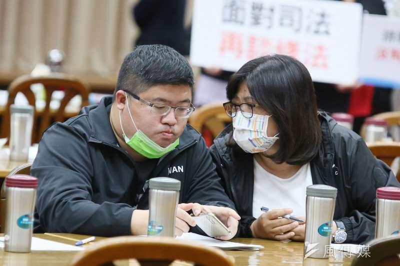 20210415-立委蔡易餘(左)15日出席立院財政委員會。(柯承惠攝)