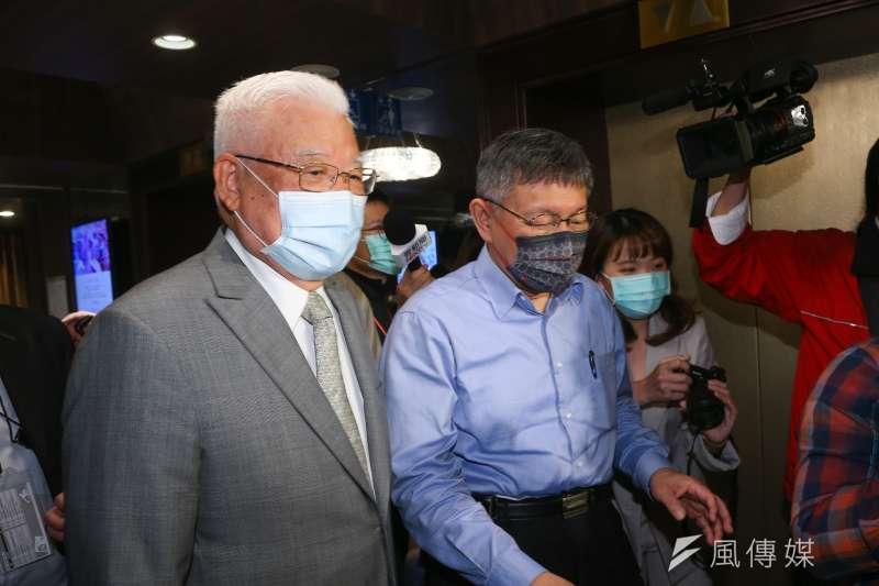 尤清(左)出席民眾黨黨代表大會演講,被問是否挺柯文哲(右)選2024總統。(顏麟宇攝)