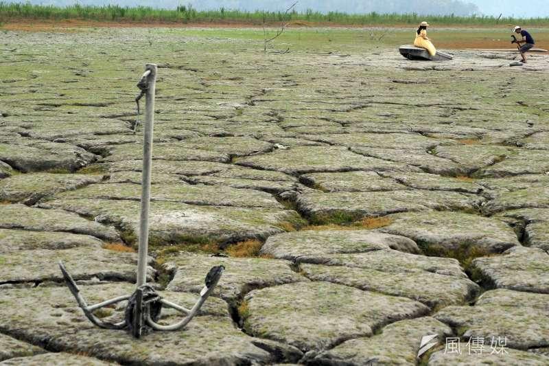 台灣遭逢旱災,中南部水情嚴峻,但氣象專家分析梅雨還得至少再等1個月。圖為日月潭水位吃緊。(資料照,柯承惠攝)
