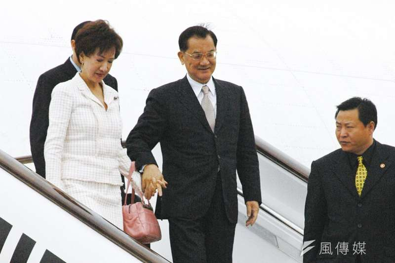 2005年4月國民黨主席連戰赴中國訪問,與中共總書記胡錦濤會面。「連胡會」影響最大的是,國共兩黨把「九二共識」視為兩岸關係基礎。(資料照,郭晉瑋攝)