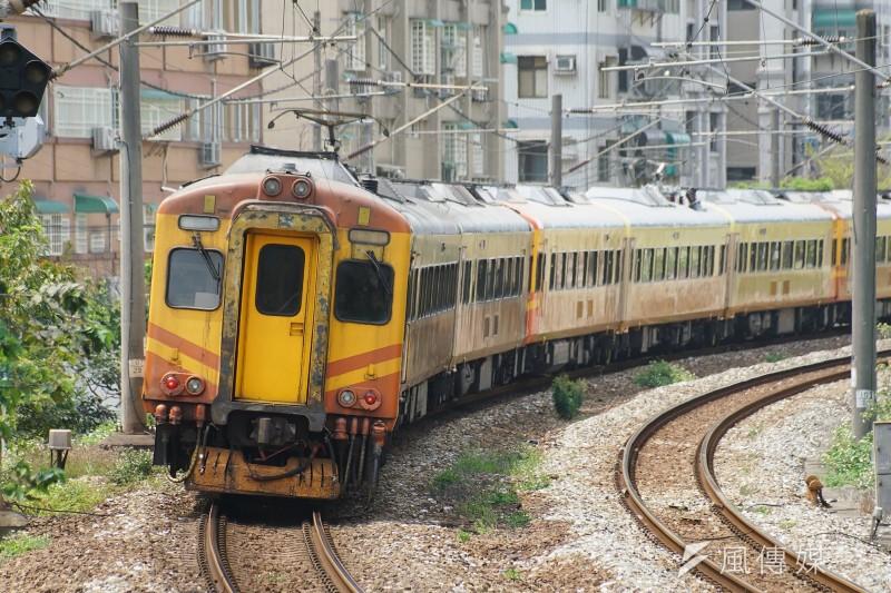 鐵道安全近來備受關注,不料台鐵EMU300型自強號(見圖)在最近10天出包3次。(資料照,盧逸峰攝)