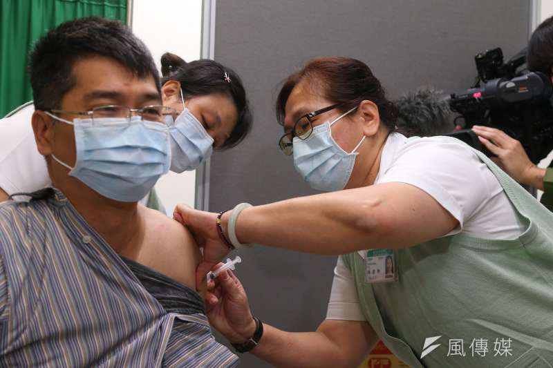 對於質疑政府購買疫苗陰謀論,婦產科蘇怡寧醫師回應「你能打到的疫苗就是最好的疫苗」,認為沒有陰謀論一說。(資料照,圖/顏麟宇攝)