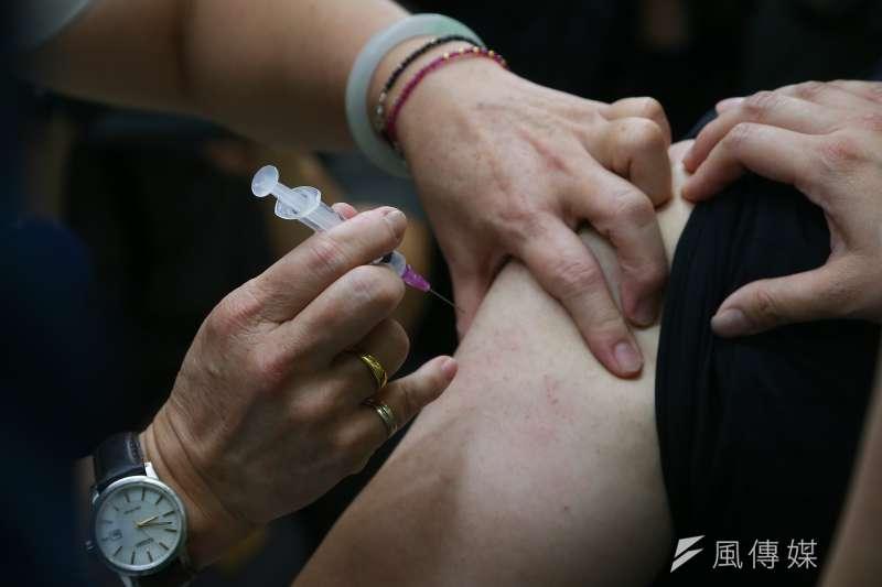 COVID-19 牛津AZ疫苗21日開放自費施打。(資料照,顏麟宇攝)