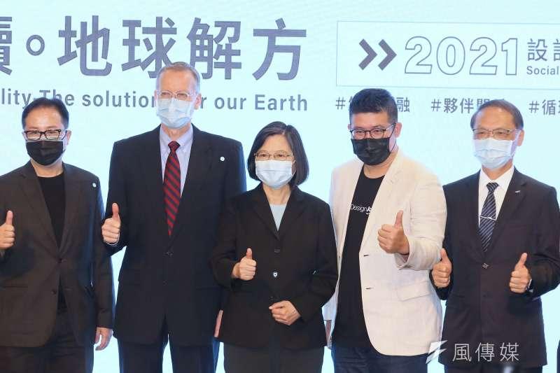 20210422-總統蔡英文(右三)及美國在台協會處長酈英傑(左二)22日出席「AIC 年度創新論壇」暨「 永續。地球解方:2021設計行動高峰會」開幕儀式。(柯承惠攝)