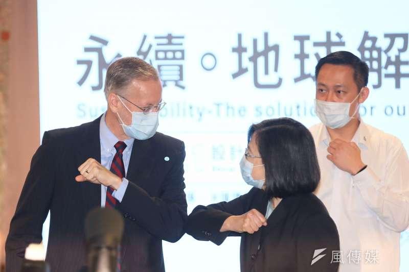 20210422-總統蔡英文(中)及美國在台協會處長酈英傑(左)22日出席「AIC 年度創新論壇」暨「 永續。地球解方:2021設計行動高峰會」開幕儀式。(柯承惠攝)