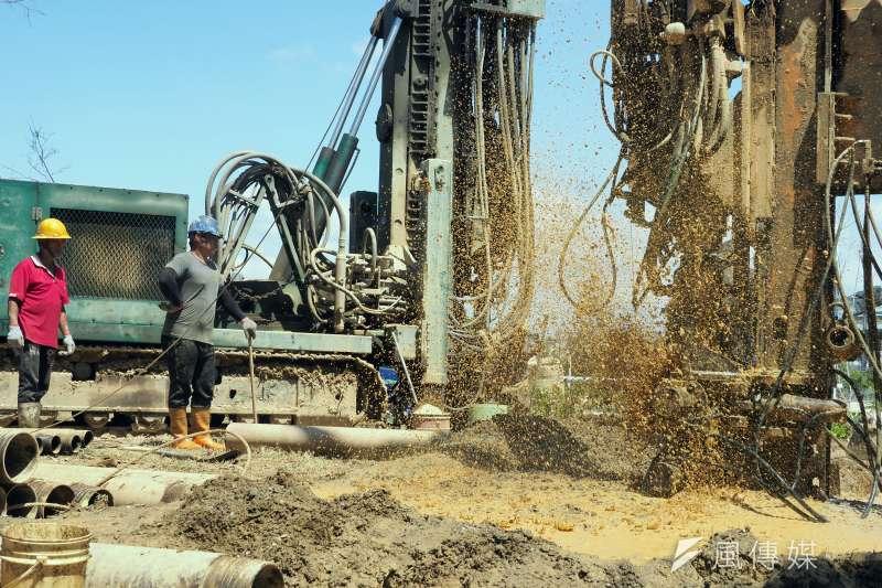 台灣遭逢旱災,各地水庫持續探底,近日雖然各地陸續有降雨的情形,但仍無法解旱止渴,為了加緊抗旱腳步,缺水嚴重的地方縣市採取開鑿抗旱水井或開挖伏流水等開源應變措施,希望渡過水情危機。圖為工程人員在台中中央公園開鑿抗旱水井。 (柯承惠攝)