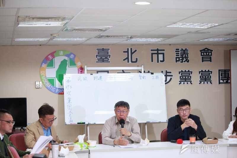 台北市長柯文哲(中)28日下午赴台北市議會民進黨團,說明重大政策及法案。(方炳超攝)