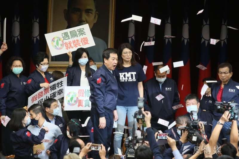 台灣訊息量巨大,但藍綠各執一詞從無妥協之地。圖為藍綠抗爭。(柯承惠攝)
