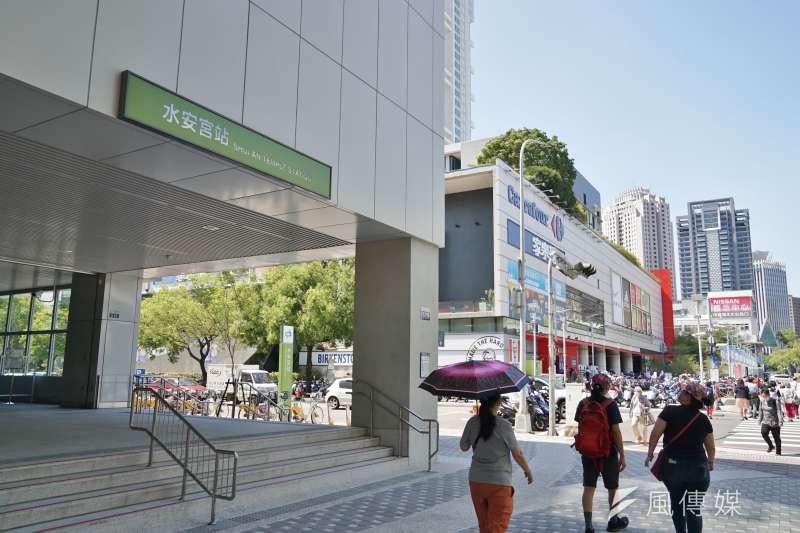 台北市政府也公布1例確診者足跡,案15493在7日曾到過中山區的家樂福同安店,13日則到訪過連鎖健身房World Gym長春店。(資料照,盧逸峰攝)
