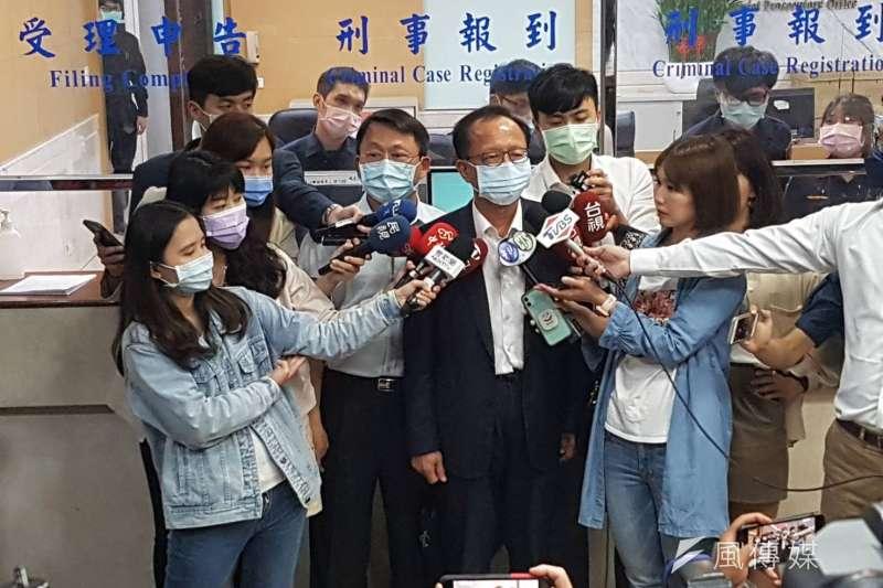 松山分局中崙派出所遭黑衣人闖入案延燒,台北市警局長陳嘉昌30日前往台北地檢署應訊,並交付個人手機。(林益民攝)