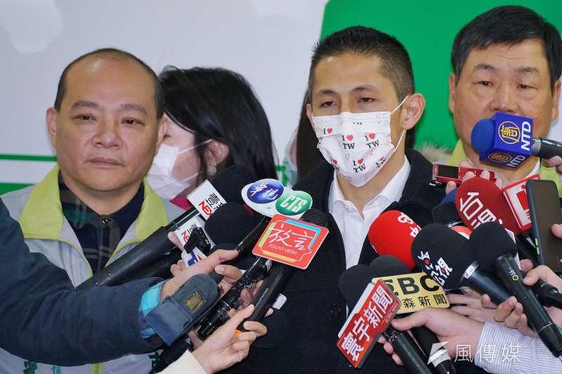吳怡農(右)表示,根據黨內程序,被開除黨籍的當事人要在3天前接到通知,若順利走完程序,5月3日就會開除趙介佑。(資料照,盧逸峰攝)