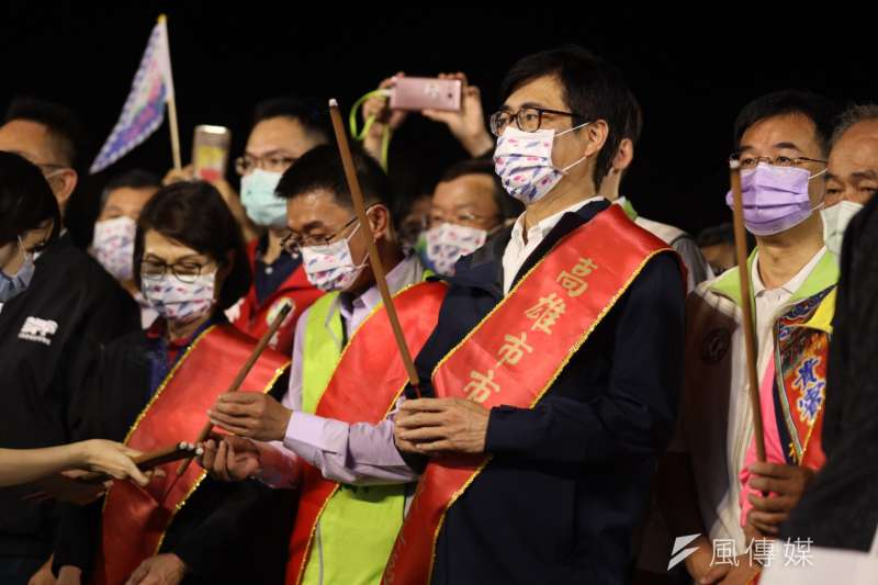 高雄市長陳其邁與信眾祈求天上聖母及眾神力量護佑高雄,國泰民安、風調雨順。(圖/高市新聞局提供)