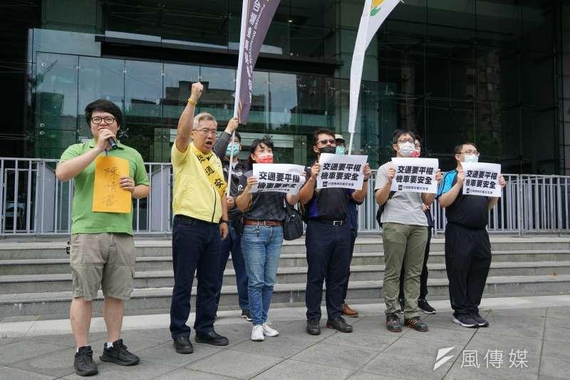 民團3日於交通部前召開「交通要平權 機車要安全」記者會,台灣交通安全協會理事長陳宏益(左二)等出席。(盧逸峰攝)