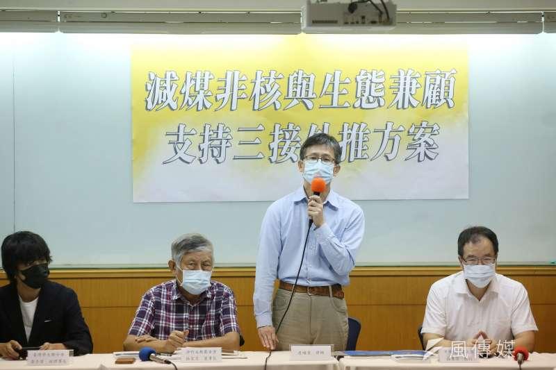 律師詹順貴(右二)、中興大學教授莊秉潔(右一)等人4日出席「減煤、非核與生態兼顧支持 三接外推方案」記者會。(柯承惠攝)