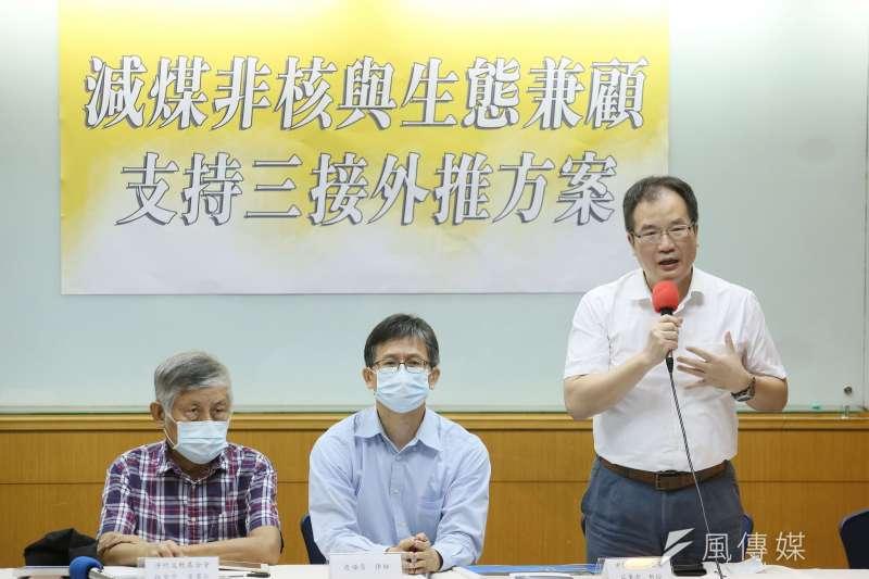 律師詹順貴(中)、中興大學教授莊秉潔(右)等人出席「減煤、非核與生態兼顧支持 三接外推方案」記者會。(柯承惠攝)