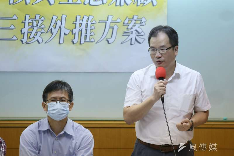 20210504-律師詹順貴(左)、中興大學教授莊秉潔(右)等人4日出席「減煤、非核與生態兼顧支持 三接外推方案」記者會。(柯承惠攝)