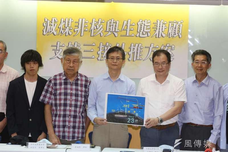 20210504-律師詹順貴(中)、中興大學教授莊秉潔(右二)等人4日出席「減煤、非核與生態兼顧支持 三接外推方案」記者會。(柯承惠攝)