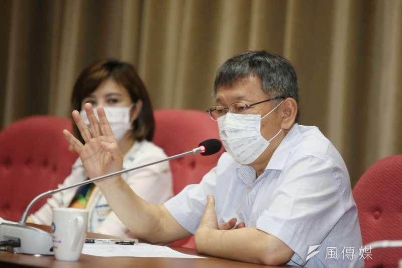 台北市長柯文哲(右)5日赴國民黨台北市議會黨團說明市府重大政策及優先議法案,會中談及華航群聚案。(資料照,柯承惠攝)