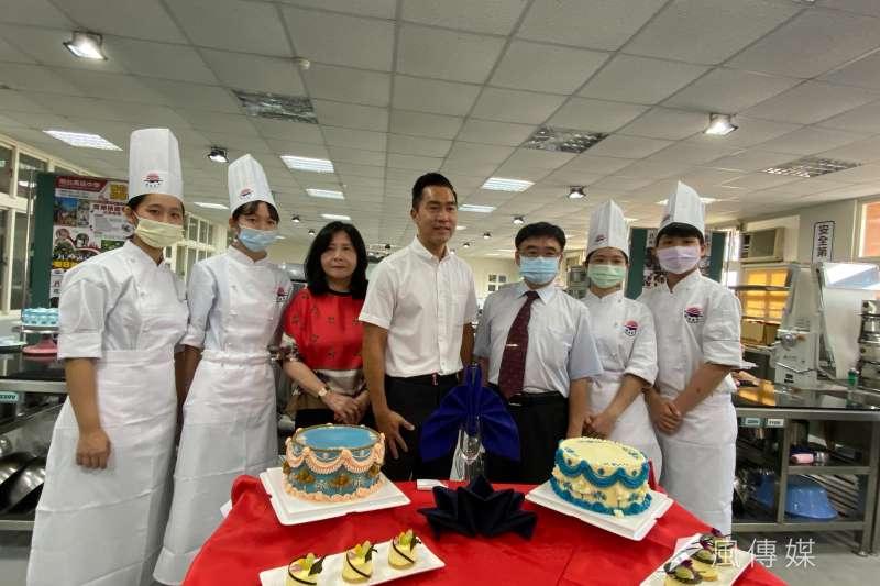 -明台高中在母親節前夕發表現在最流行的母親節蛋糕。(圖/王秀禾)