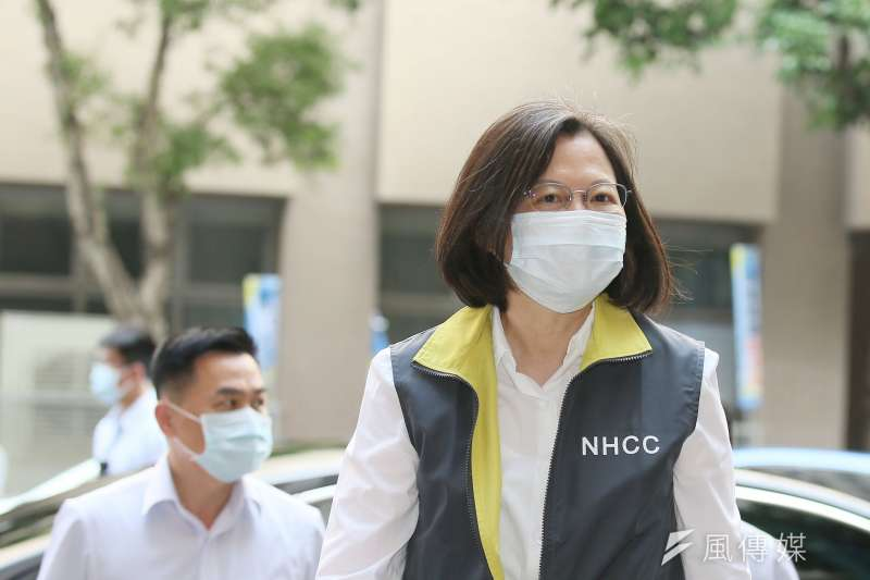 新冠肺炎疫情嚴峻,總統蔡英文(右)所領導的政府防疫及疫苗策略備受質疑。(資料照,柯承惠攝)