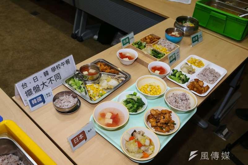 20210506-學校供餐法推動平台6日召開「給親子最好的母親節禮物,催生學校供餐專法」記者會、並於現場展示各國學童營養午餐擺盤方式。(顏麟宇攝)