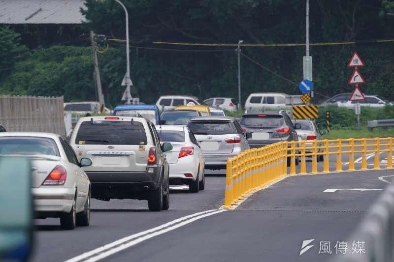 5月初關渡大橋突然設立黃色護欄,不但造成數起車禍、也引起市民不滿。(盧逸峰攝)