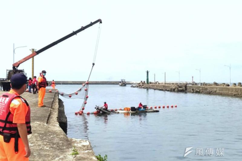 海洋局攔木網實地演練,熟練操作準備。(圖/徐炳文攝)