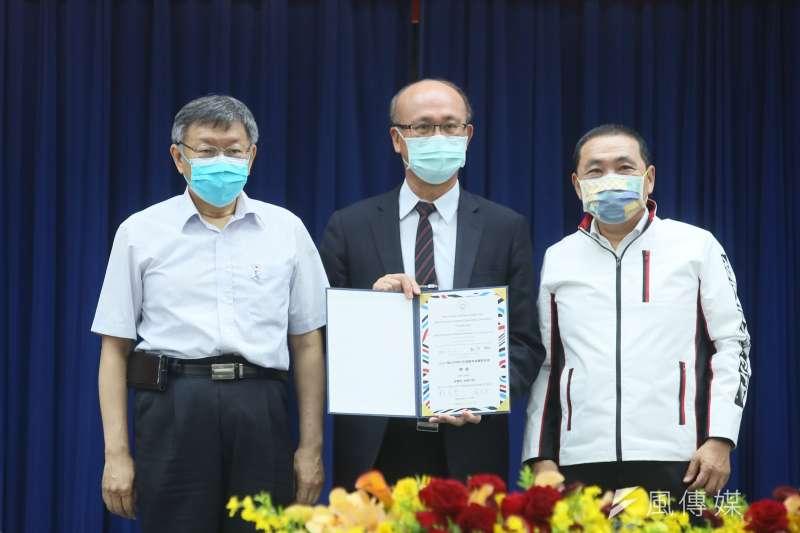 20210507-臺北市長柯文哲(左)與新北市長侯友宜(右)7日出席2025雙北世界壯年運動會組織委員會成立大會,兩人頒發委員證書。(柯承惠攝)