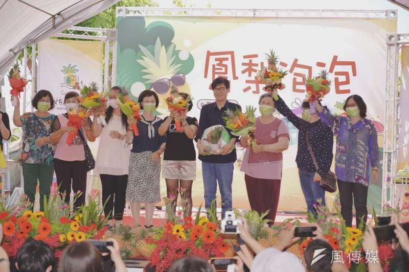 鳳梨泡泡活動現場,陳其邁市長贈送漂亮的鳳梨花束給旺來媽媽,表達對農民的支持並祝福佳節愉快,現場氣氛溫馨歡樂。(圖/徐炳文)
