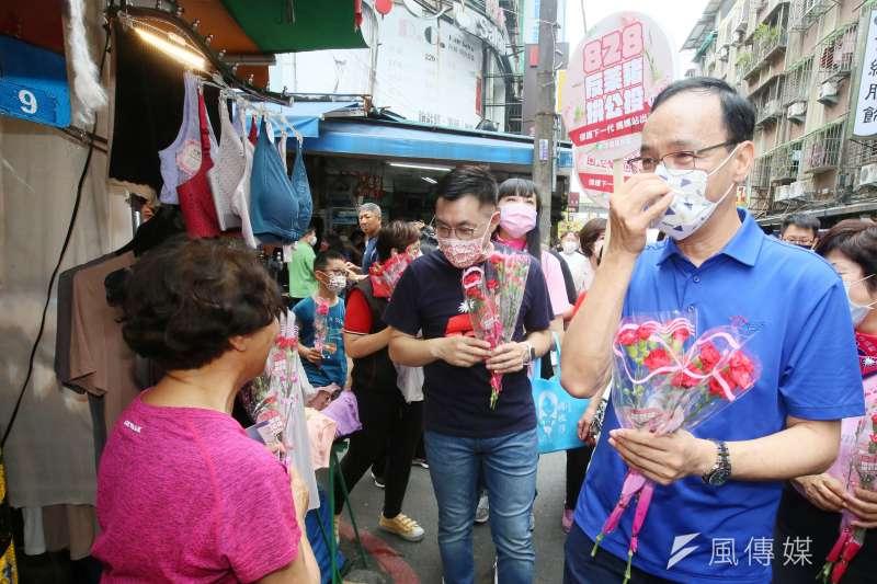 國民黨8日舉辦「寵愛媽咪、響應828公投」 活動,前主席朱立倫(右)出席,受訪時談及中油三接議題。(柯承惠攝)