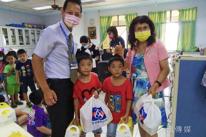 學童募集準備食物拿到學校,希望手中的食物可以幫助到需要的人。(圖/徐炳文攝)