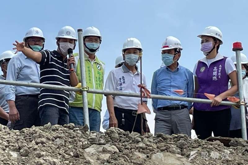 高雄市副市長林欽榮(右二)到岡山區五甲尾滯洪池視察工程進度。(圖/徐炳文攝)