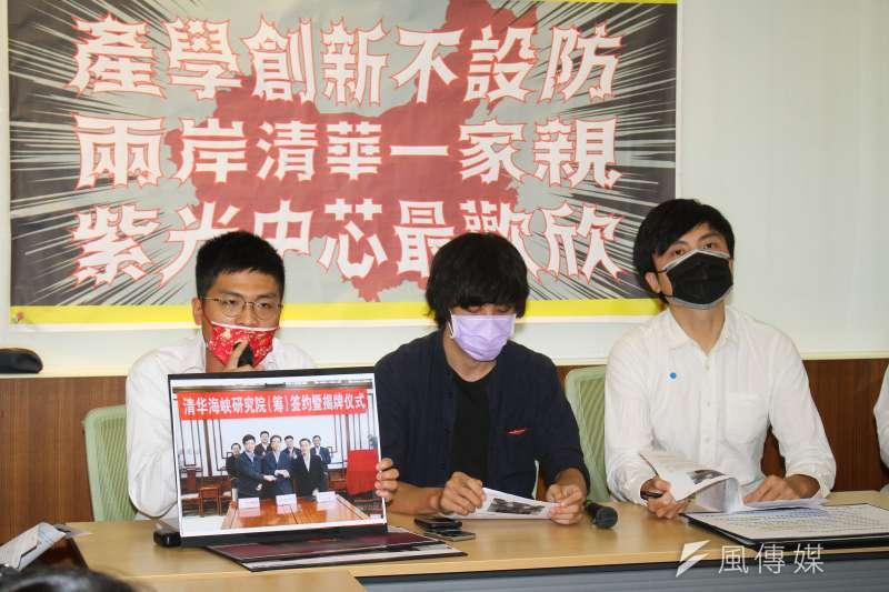 經濟民主連合、臺灣學生聯合會舉辦「產學創新不設防,兩岸清華一家親,紫光中芯最歡欣」記者會,左一為台灣公民陣線組織部主任許冠澤。(蔡親傑攝)