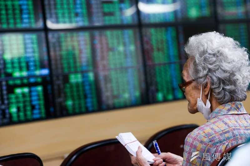 聯準會「翻臉」敲響了升息警鐘,讓股市投資人如坐針氈。(顏麟宇攝)