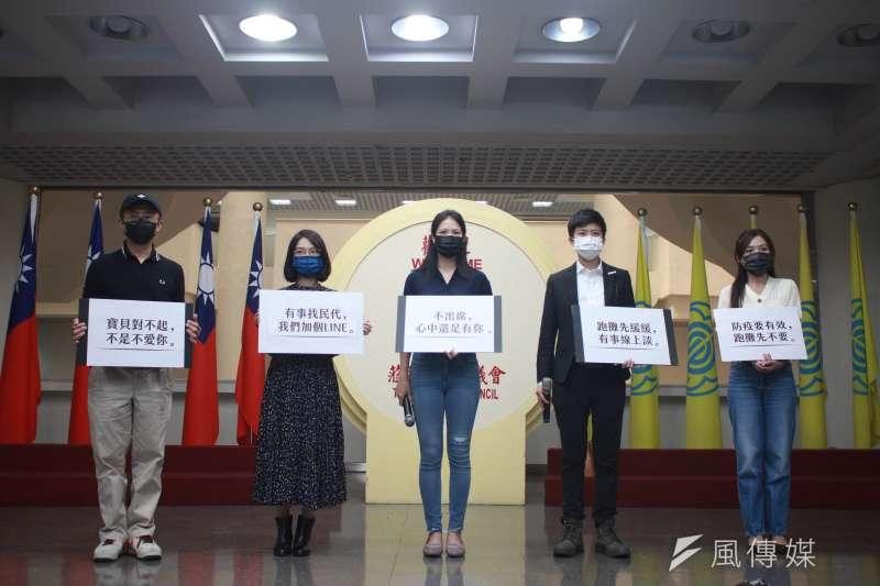 台北市議員邱威傑(左一)、黃郁芬、林亮君、苗博雅及吳沛憶宣示自主停止跑攤及出席群聚活動。(方炳超攝)