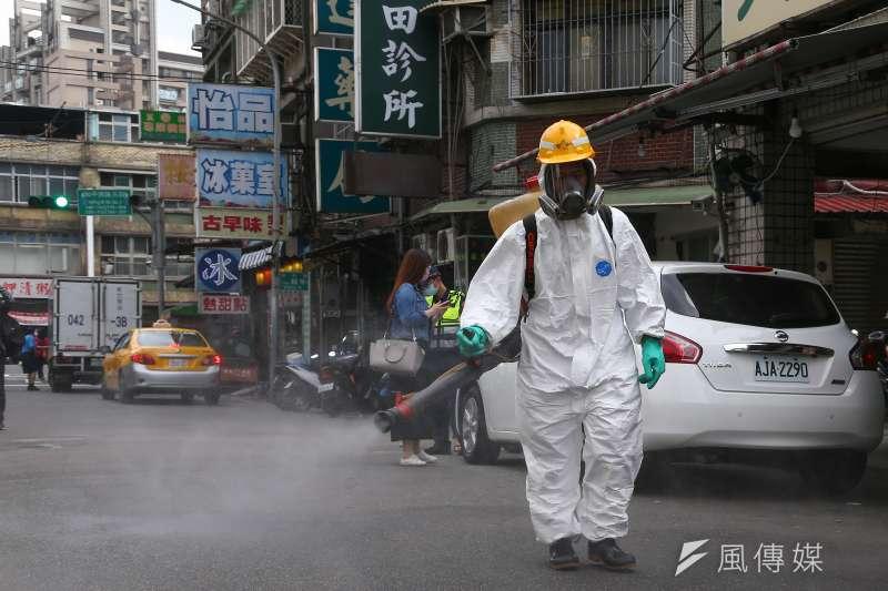 萬華日前爆發確診個案,台北市政府衛生局進行大消毒。(顏麟宇攝)