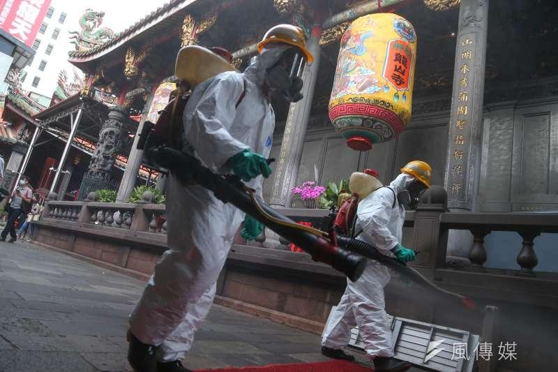 國內疫情升溫,公民防疫意識必須重新上緊發條。圖為萬華大消毒。(顏麟宇攝)