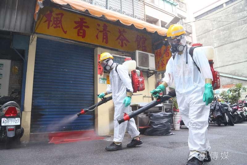 本土疫情再起,台北市萬華茶室傳出2個案染疫,有關單位緊急進行大消毒。(顏麟宇攝)
