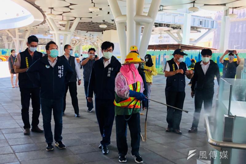 市長陳其邁特親赴視察環境消毒作業。(圖/徐炳文攝)