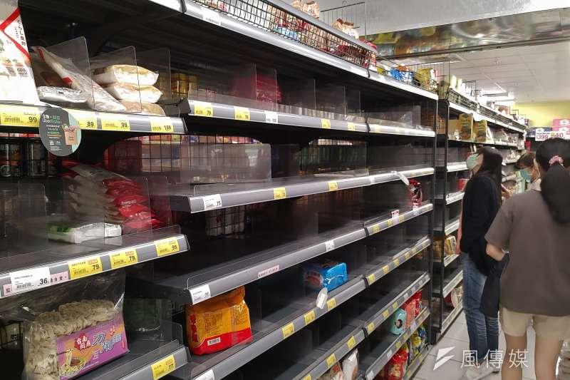 20210512-本土疫情升溫,引起民眾搶購熱潮,新北市一間超市貨架上商品所剩無幾。(盧逸峰攝)