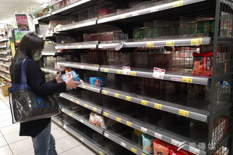 本土疫情升溫,引起民眾搶購熱潮,新北市一間超市貨架上商品所剩無幾。(圖/資料照)