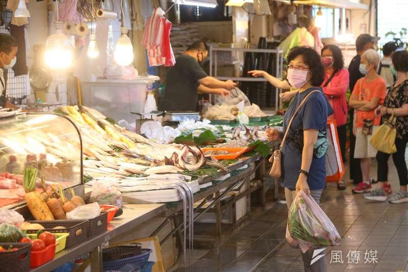 疫情升溫,訊息紛亂,一則台北只剩39處市場開放就是誤傳。圖為民眾配戴口罩至傳統市場採買。(顏麟宇攝)
