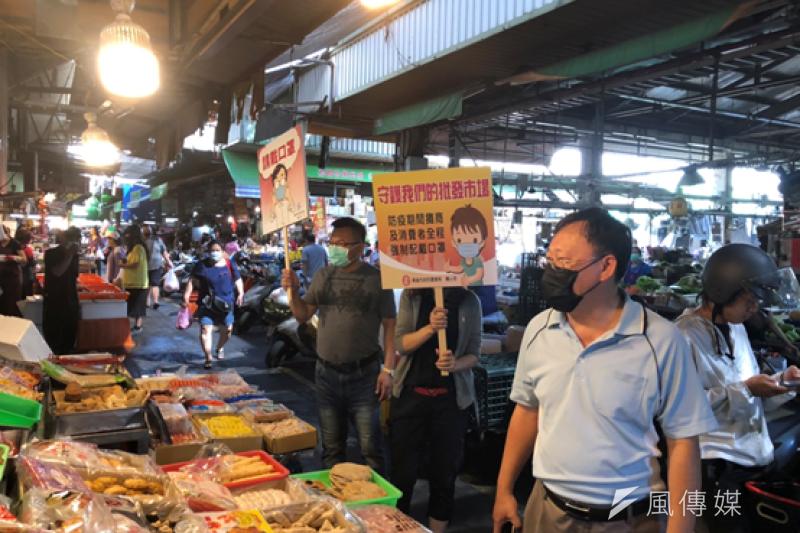 高雄市農業局派員至批發市場稽查加強宣導,呼籲市民進入市場內務必全程配戴口罩、勤洗手,大家一起努力防疫度過難關。(圖/徐炳文攝)