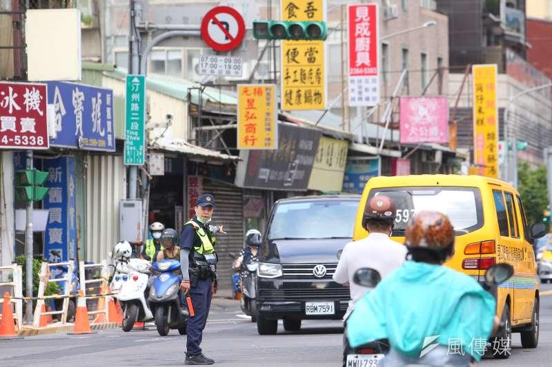 20210513-興達電廠事故全台停電,導致紅綠燈故障,警察於路口疏導交通。(顏麟宇攝)